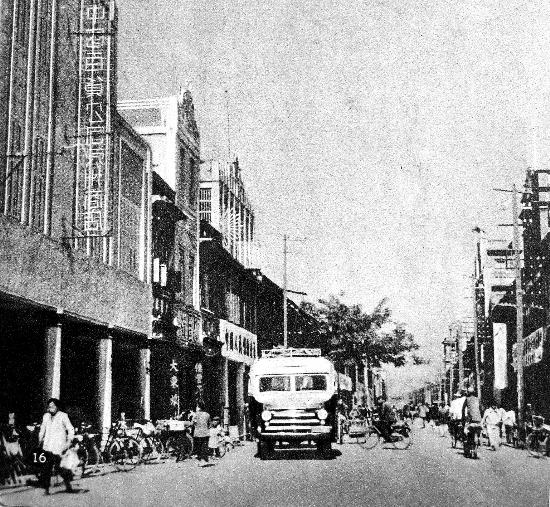 1965年2月,泉州第一辆公交车行驶在中山路,旁边刚好是中国百货公司