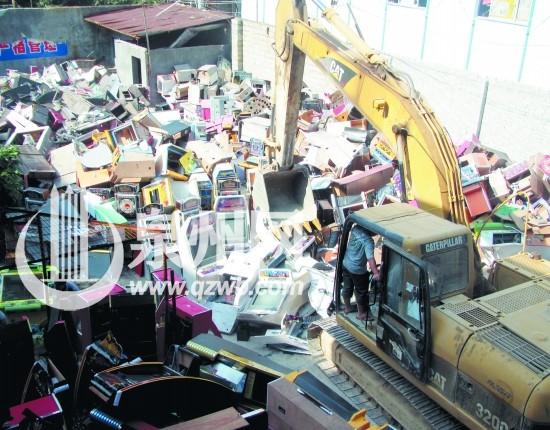"""晋江/挖掘机挥动""""怪手"""",将""""老虎机""""大卸八块。图片来源:东南..."""
