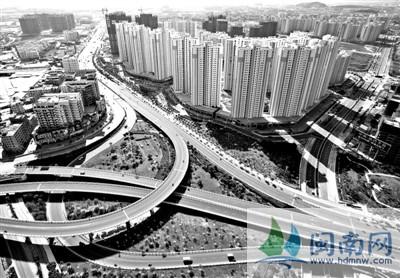 """围绕""""现代产业基地,滨海生态城市""""的发展定位,开始了新一轮城市大建设"""