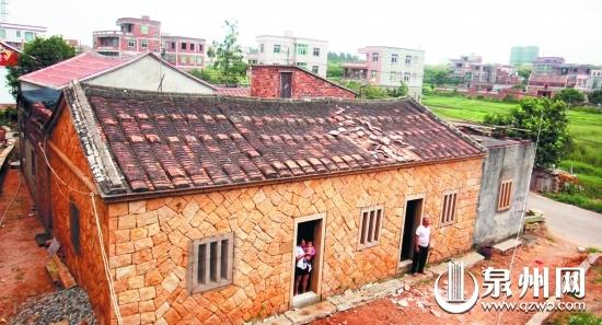 老房子的屋顶被台风掀开了个洞
