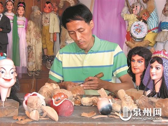 泉州市木偶剧团林聪鹏精于雕艺