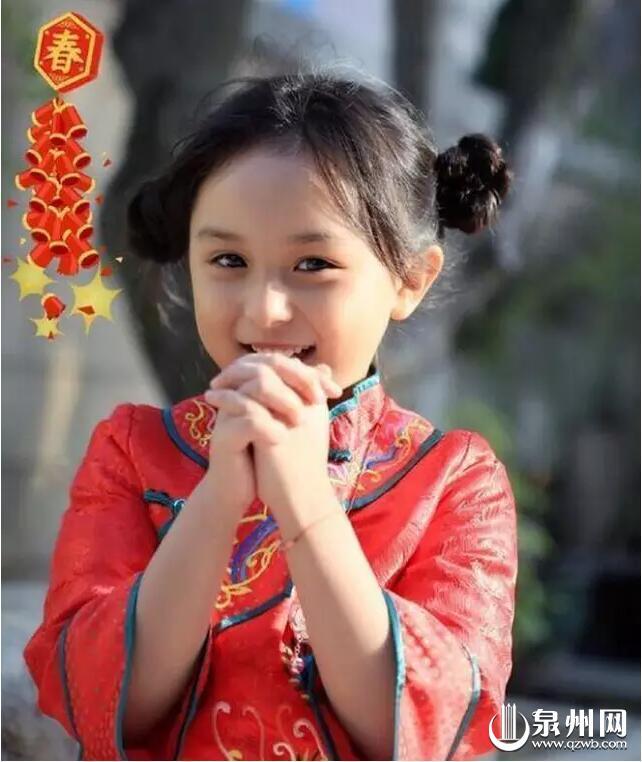 拜年 昨天下午,小芈月刘楚恬的微博晒出一组她的近照,她穿着中国红的衣服,带着银项链,梳着可爱的发髻,拱手向粉丝拜年。 6岁的刘楚恬生于泉州。在去年底的年度大戏《芈月传》剧中,扮演小时候小芈月的刘楚恬一出场,瞬间萌翻了一众观众。 一时间,各种好评如潮。甚至有人说:3岁倾城,6岁倾国,说的就是她!她还被网友誉为全球最年轻美女。 不仅如此,有关刘楚恬的生活也迅速被曝光。家人都叫她恬恬或恬妞,她会说一口标准的闽南语。人长得美不是最重要的,最重要的是多才多艺刘楚恬能卖萌、能文艺,吹得了清新