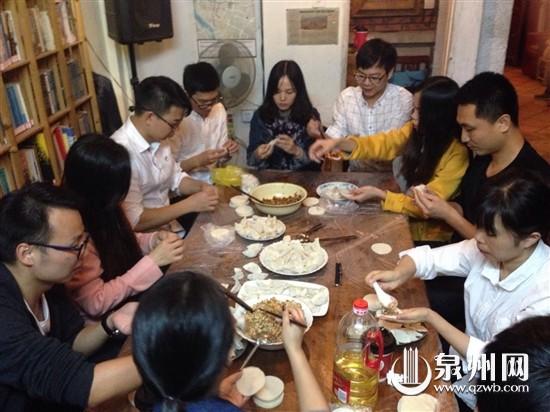 外地游客一起包饺子过春节