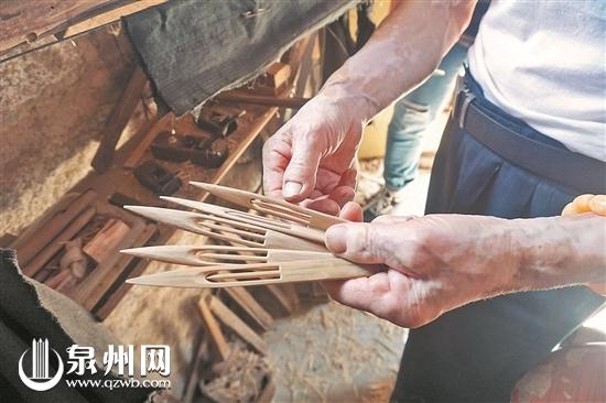 八旬老人自制工具 制作渔网梭三十年  制梭已成为老人生活中最重要的部分 核心提示 人们经常用岁月如梭的成语来形容时光飞逝,可是这个梭是什么,恐怕很多人就不明了了。在词典中的解释,梭是织布机上引导纬纱与经纱交织的构件,而对于海边的渔人而言,梭是用来编织、修补渔网的工具。 惠安县崇武镇大岞村是有名的渔村。随着时间的推移,传统的渔网梭已日渐淡出人们的视线。89岁的张速金老人,是如今坚持制作渔网梭为数不多的人之一。他的这一坚持,已有30年之久。 记者 廖培煌 实习生 傅铭艺 文/图 30年未歇 制