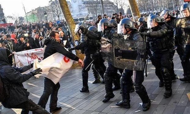 (国际)(5)法国多个城市爆发反暴力执法游行