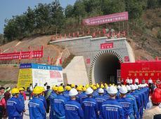 (国际)(1)中老铁路首座长大隧道贯通